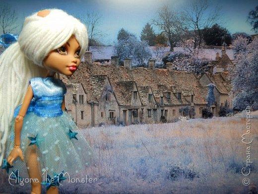 Приветствую всех, кто зашел в гости! Представляю переделанную куколку (возможно даже нового персонажа) и небольшую историю) *** Наступает зима. Казалось бы, ничего особенного. Падает снег, становится холодно, как, впрочем, и каждый год. А почему? Ученые скажут, что из-за того, что земля вертится. А я скажу, что зима наступает благодаря Зимней Фее. Именно эта девочка насылает на людей зиму. Работа у неё такая. Зимняя фея только одна. Это летних много, а зимняя - одиночка. фото 2