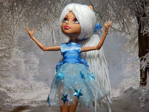 Приветствую всех, кто зашел в гости! Представляю переделанную куколку (возможно даже нового персонажа) и небольшую историю) *** Наступает зима. Казалось бы, ничего особенного. Падает снег, становится холодно, как, впрочем, и каждый год. А почему? Ученые скажут, что из-за того, что земля вертится. А я скажу, что зима наступает благодаря Зимней Фее. Именно эта девочка насылает на людей зиму. Работа у неё такая. Зимняя фея только одна. Это летних много, а зимняя - одиночка. фото 3