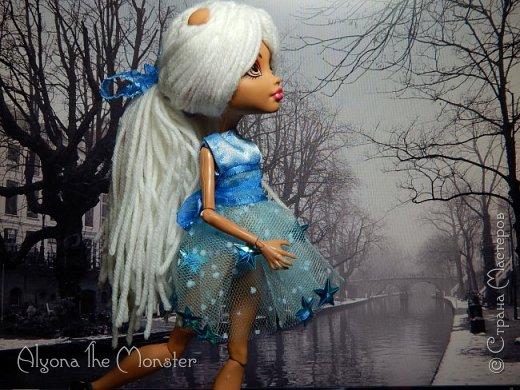 Приветствую всех, кто зашел в гости! Представляю переделанную куколку (возможно даже нового персонажа) и небольшую историю) *** Наступает зима. Казалось бы, ничего особенного. Падает снег, становится холодно, как, впрочем, и каждый год. А почему? Ученые скажут, что из-за того, что земля вертится. А я скажу, что зима наступает благодаря Зимней Фее. Именно эта девочка насылает на людей зиму. Работа у неё такая. Зимняя фея только одна. Это летних много, а зимняя - одиночка. фото 4