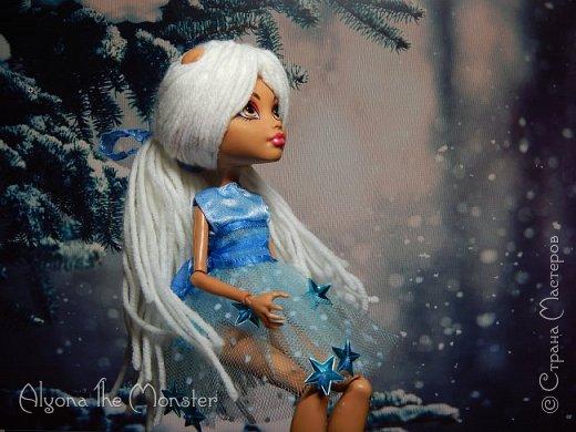 Приветствую всех, кто зашел в гости! Представляю переделанную куколку (возможно даже нового персонажа) и небольшую историю) *** Наступает зима. Казалось бы, ничего особенного. Падает снег, становится холодно, как, впрочем, и каждый год. А почему? Ученые скажут, что из-за того, что земля вертится. А я скажу, что зима наступает благодаря Зимней Фее. Именно эта девочка насылает на людей зиму. Работа у неё такая. Зимняя фея только одна. Это летних много, а зимняя - одиночка. фото 1