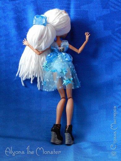 Приветствую всех, кто зашел в гости! Представляю переделанную куколку (возможно даже нового персонажа) и небольшую историю) *** Наступает зима. Казалось бы, ничего особенного. Падает снег, становится холодно, как, впрочем, и каждый год. А почему? Ученые скажут, что из-за того, что земля вертится. А я скажу, что зима наступает благодаря Зимней Фее. Именно эта девочка насылает на людей зиму. Работа у неё такая. Зимняя фея только одна. Это летних много, а зимняя - одиночка. фото 10