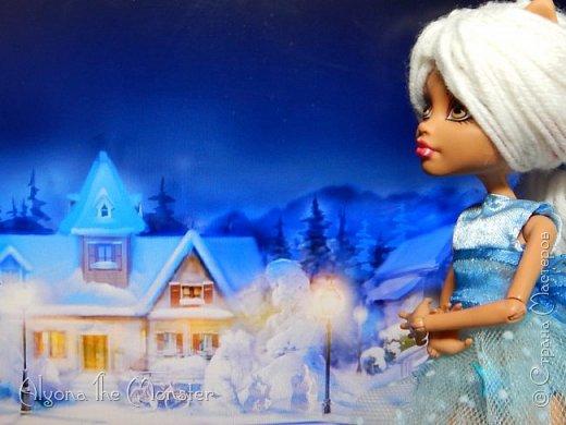 Приветствую всех, кто зашел в гости! Представляю переделанную куколку (возможно даже нового персонажа) и небольшую историю) *** Наступает зима. Казалось бы, ничего особенного. Падает снег, становится холодно, как, впрочем, и каждый год. А почему? Ученые скажут, что из-за того, что земля вертится. А я скажу, что зима наступает благодаря Зимней Фее. Именно эта девочка насылает на людей зиму. Работа у неё такая. Зимняя фея только одна. Это летних много, а зимняя - одиночка. фото 15