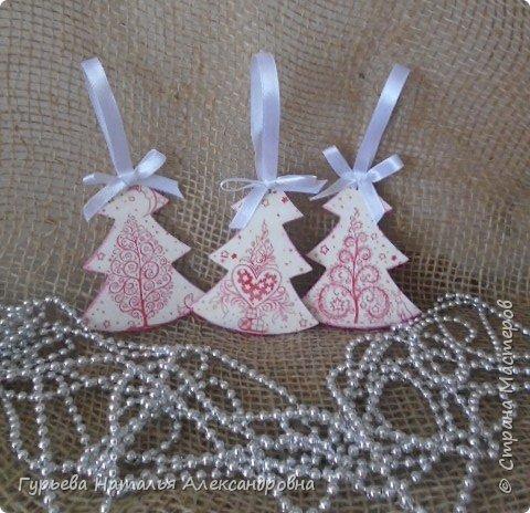 Здравствуйте, дорогие Мастера и Мастерицы! Скоро-скоро Новый год!!!  Для своих коллег подготовила эти небольшие подарочки: деревянные заготовки в виде елочек-подвесочек фото 9