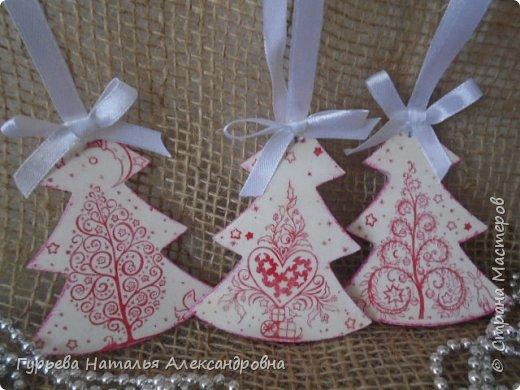 Здравствуйте, дорогие Мастера и Мастерицы! Скоро-скоро Новый год!!!  Для своих коллег подготовила эти небольшие подарочки: деревянные заготовки в виде елочек-подвесочек фото 2