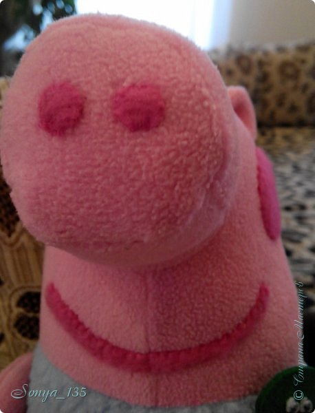 """Всем привет!  Все, у кого  есть  маленькие дети,  знают мультик про свинку Пэппу. У меня дети уже выросли, но зато есть маленький  племянник,  который очень большой поклонник всего этого """"свинского семейства"""". Вот и решила ему сшить одного из героев - Джорджа. Сшит из флиса, динозавр из фетра, привязан на ленте, хотела пришить, но малыш его все равно оторвет. Надеюсь ему понравится. фото 3"""