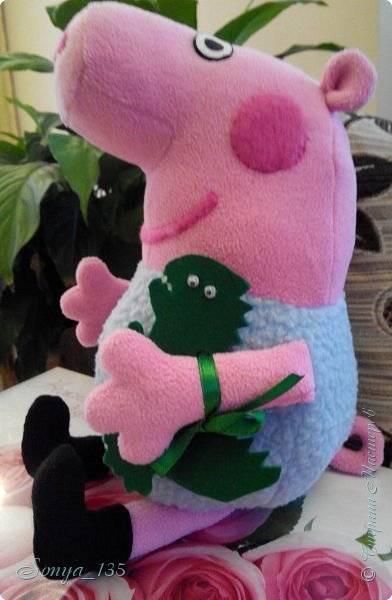 """Всем привет!  Все, у кого  есть  маленькие дети,  знают мультик про свинку Пэппу. У меня дети уже выросли, но зато есть маленький  племянник,  который очень большой поклонник всего этого """"свинского семейства"""". Вот и решила ему сшить одного из героев - Джорджа. Сшит из флиса, динозавр из фетра, привязан на ленте, хотела пришить, но малыш его все равно оторвет. Надеюсь ему понравится. фото 4"""