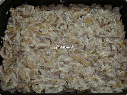 Добрый вечер! Предлагаю рецепт запеканки из картофеля и шампиньонов. -1 луковица -7 картофелин среднего размера -шампиньоны большая ж/б -любимая приправа для картофеля (у меня камис) -сметана 300г -соль по вкусу -растит.масло для смазывания формы -сыр 200г фото 7
