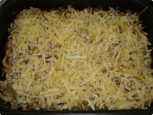 Добрый вечер! Предлагаю рецепт запеканки из картофеля и шампиньонов. -1 луковица -7 картофелин среднего размера -шампиньоны большая ж/б -любимая приправа для картофеля (у меня камис) -сметана 300г -соль по вкусу -растит.масло для смазывания формы -сыр 200г фото 8