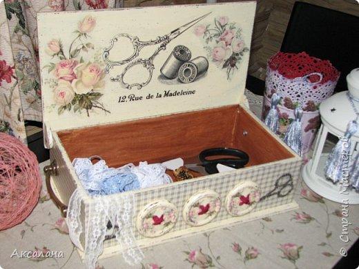 Шкатулка для хранения всяких швейных штучек. Полюбилась мне очень салфеточка с розами и очередную работу я сделала с использованием этой салфетки. фото 5