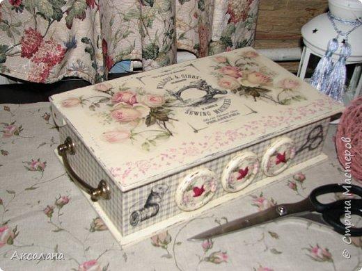 Шкатулка для хранения всяких швейных штучек. Полюбилась мне очень салфеточка с розами и очередную работу я сделала с использованием этой салфетки. фото 3
