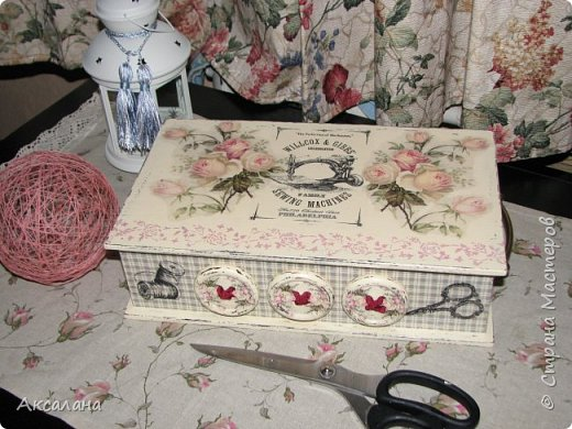 Шкатулка для хранения всяких швейных штучек. Полюбилась мне очень салфеточка с розами и очередную работу я сделала с использованием этой салфетки. фото 2
