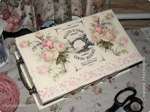 Шкатулка для хранения всяких швейных штучек. Полюбилась мне очень салфеточка с розами и очередную работу я сделала с использованием этой салфетки. фото 6