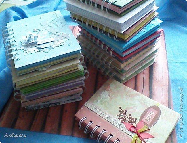 Предновогодняя подготовка, сделала блокнотики, для небольших подарочков. С каждым блокнотом, все лучше получалось управляться с биндером и пружинами. Блокнотов 16 штук. Размер примерно 13,5 на 10,5 по обложке. Основа обложек картон. Обтянут бумагой. Бумага качественная для скрапа, из разных коллекций. Некоторые обтянуты пастельной, цветной бумагой, на которой сделала тиснение. Ну, сами посмотрите, фотографий много. фото 1