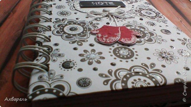 Предновогодняя подготовка, сделала блокнотики, для небольших подарочков. С каждым блокнотом, все лучше получалось управляться с биндером и пружинами. Блокнотов 16 штук. Размер примерно 13,5 на 10,5 по обложке. Основа обложек картон. Обтянут бумагой. Бумага качественная для скрапа, из разных коллекций. Некоторые обтянуты пастельной, цветной бумагой, на которой сделала тиснение. Ну, сами посмотрите, фотографий много. фото 5