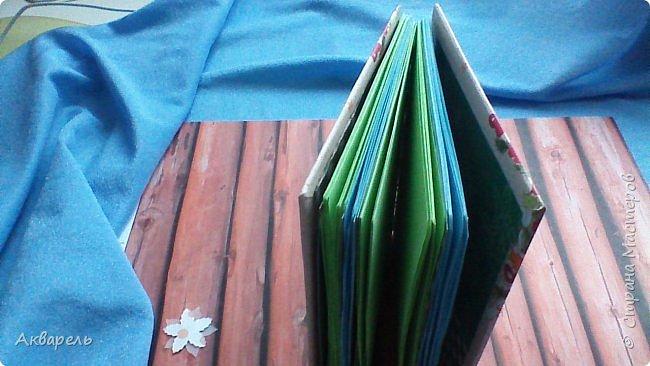 Предновогодняя подготовка, сделала блокнотики, для небольших подарочков. С каждым блокнотом, все лучше получалось управляться с биндером и пружинами. Блокнотов 16 штук. Размер примерно 13,5 на 10,5 по обложке. Основа обложек картон. Обтянут бумагой. Бумага качественная для скрапа, из разных коллекций. Некоторые обтянуты пастельной, цветной бумагой, на которой сделала тиснение. Ну, сами посмотрите, фотографий много. фото 9