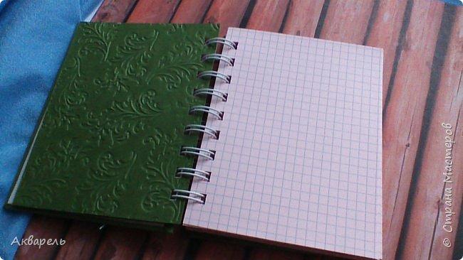 Предновогодняя подготовка, сделала блокнотики, для небольших подарочков. С каждым блокнотом, все лучше получалось управляться с биндером и пружинами. Блокнотов 16 штук. Размер примерно 13,5 на 10,5 по обложке. Основа обложек картон. Обтянут бумагой. Бумага качественная для скрапа, из разных коллекций. Некоторые обтянуты пастельной, цветной бумагой, на которой сделала тиснение. Ну, сами посмотрите, фотографий много. фото 12