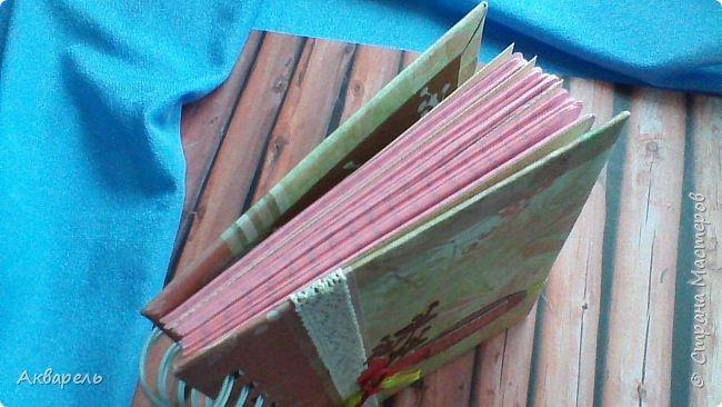 Предновогодняя подготовка, сделала блокнотики, для небольших подарочков. С каждым блокнотом, все лучше получалось управляться с биндером и пружинами. Блокнотов 16 штук. Размер примерно 13,5 на 10,5 по обложке. Основа обложек картон. Обтянут бумагой. Бумага качественная для скрапа, из разных коллекций. Некоторые обтянуты пастельной, цветной бумагой, на которой сделала тиснение. Ну, сами посмотрите, фотографий много. фото 16