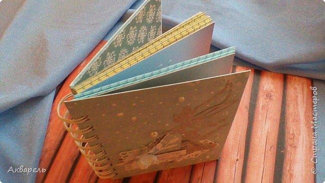 Предновогодняя подготовка, сделала блокнотики, для небольших подарочков. С каждым блокнотом, все лучше получалось управляться с биндером и пружинами. Блокнотов 16 штук. Размер примерно 13,5 на 10,5 по обложке. Основа обложек картон. Обтянут бумагой. Бумага качественная для скрапа, из разных коллекций. Некоторые обтянуты пастельной, цветной бумагой, на которой сделала тиснение. Ну, сами посмотрите, фотографий много. фото 24