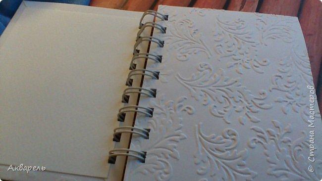 Предновогодняя подготовка, сделала блокнотики, для небольших подарочков. С каждым блокнотом, все лучше получалось управляться с биндером и пружинами. Блокнотов 16 штук. Размер примерно 13,5 на 10,5 по обложке. Основа обложек картон. Обтянут бумагой. Бумага качественная для скрапа, из разных коллекций. Некоторые обтянуты пастельной, цветной бумагой, на которой сделала тиснение. Ну, сами посмотрите, фотографий много. фото 26