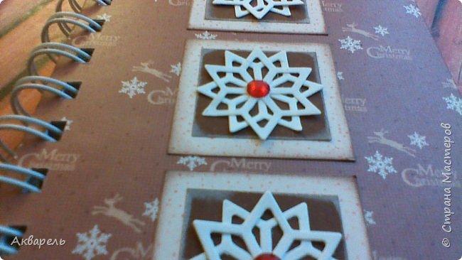Предновогодняя подготовка, сделала блокнотики, для небольших подарочков. С каждым блокнотом, все лучше получалось управляться с биндером и пружинами. Блокнотов 16 штук. Размер примерно 13,5 на 10,5 по обложке. Основа обложек картон. Обтянут бумагой. Бумага качественная для скрапа, из разных коллекций. Некоторые обтянуты пастельной, цветной бумагой, на которой сделала тиснение. Ну, сами посмотрите, фотографий много. фото 29