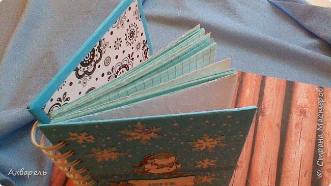 Предновогодняя подготовка, сделала блокнотики, для небольших подарочков. С каждым блокнотом, все лучше получалось управляться с биндером и пружинами. Блокнотов 16 штук. Размер примерно 13,5 на 10,5 по обложке. Основа обложек картон. Обтянут бумагой. Бумага качественная для скрапа, из разных коллекций. Некоторые обтянуты пастельной, цветной бумагой, на которой сделала тиснение. Ну, сами посмотрите, фотографий много. фото 34