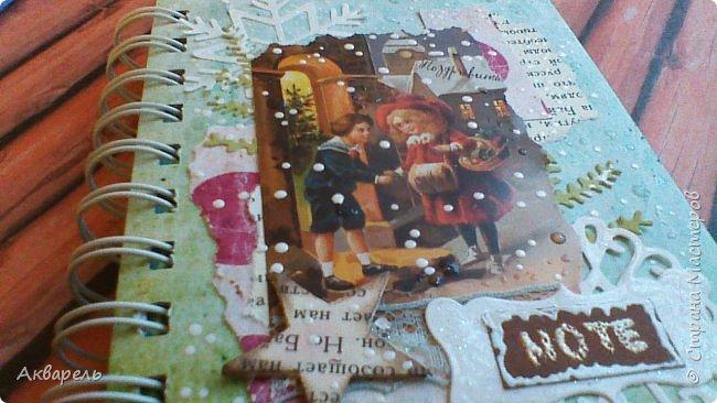 Предновогодняя подготовка, сделала блокнотики, для небольших подарочков. С каждым блокнотом, все лучше получалось управляться с биндером и пружинами. Блокнотов 16 штук. Размер примерно 13,5 на 10,5 по обложке. Основа обложек картон. Обтянут бумагой. Бумага качественная для скрапа, из разных коллекций. Некоторые обтянуты пастельной, цветной бумагой, на которой сделала тиснение. Ну, сами посмотрите, фотографий много. фото 37