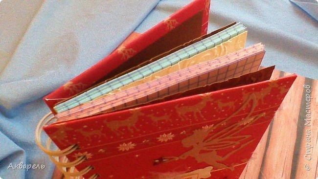 Предновогодняя подготовка, сделала блокнотики, для небольших подарочков. С каждым блокнотом, все лучше получалось управляться с биндером и пружинами. Блокнотов 16 штук. Размер примерно 13,5 на 10,5 по обложке. Основа обложек картон. Обтянут бумагой. Бумага качественная для скрапа, из разных коллекций. Некоторые обтянуты пастельной, цветной бумагой, на которой сделала тиснение. Ну, сами посмотрите, фотографий много. фото 42