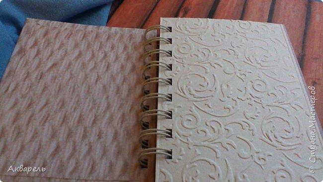 Предновогодняя подготовка, сделала блокнотики, для небольших подарочков. С каждым блокнотом, все лучше получалось управляться с биндером и пружинами. Блокнотов 16 штук. Размер примерно 13,5 на 10,5 по обложке. Основа обложек картон. Обтянут бумагой. Бумага качественная для скрапа, из разных коллекций. Некоторые обтянуты пастельной, цветной бумагой, на которой сделала тиснение. Ну, сами посмотрите, фотографий много. фото 46