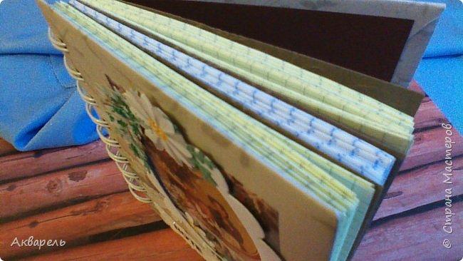 Предновогодняя подготовка, сделала блокнотики, для небольших подарочков. С каждым блокнотом, все лучше получалось управляться с биндером и пружинами. Блокнотов 16 штук. Размер примерно 13,5 на 10,5 по обложке. Основа обложек картон. Обтянут бумагой. Бумага качественная для скрапа, из разных коллекций. Некоторые обтянуты пастельной, цветной бумагой, на которой сделала тиснение. Ну, сами посмотрите, фотографий много. фото 51