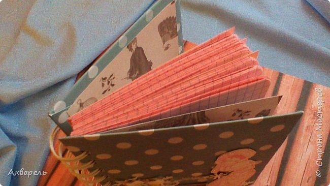 Предновогодняя подготовка, сделала блокнотики, для небольших подарочков. С каждым блокнотом, все лучше получалось управляться с биндером и пружинами. Блокнотов 16 штук. Размер примерно 13,5 на 10,5 по обложке. Основа обложек картон. Обтянут бумагой. Бумага качественная для скрапа, из разных коллекций. Некоторые обтянуты пастельной, цветной бумагой, на которой сделала тиснение. Ну, сами посмотрите, фотографий много. фото 55