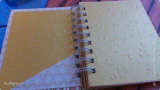 Предновогодняя подготовка, сделала блокнотики, для небольших подарочков. С каждым блокнотом, все лучше получалось управляться с биндером и пружинами. Блокнотов 16 штук. Размер примерно 13,5 на 10,5 по обложке. Основа обложек картон. Обтянут бумагой. Бумага качественная для скрапа, из разных коллекций. Некоторые обтянуты пастельной, цветной бумагой, на которой сделала тиснение. Ну, сами посмотрите, фотографий много. фото 58
