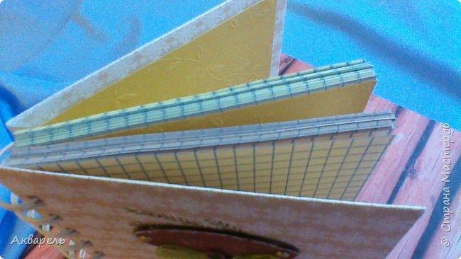 Предновогодняя подготовка, сделала блокнотики, для небольших подарочков. С каждым блокнотом, все лучше получалось управляться с биндером и пружинами. Блокнотов 16 штук. Размер примерно 13,5 на 10,5 по обложке. Основа обложек картон. Обтянут бумагой. Бумага качественная для скрапа, из разных коллекций. Некоторые обтянуты пастельной, цветной бумагой, на которой сделала тиснение. Ну, сами посмотрите, фотографий много. фото 59