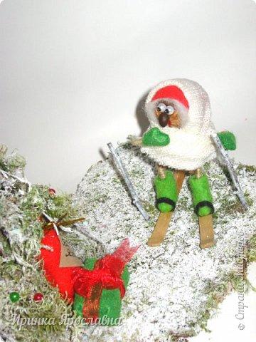 """Здравствуйте, друзья! Вы представляйте, а нашей Бабуле Ягуле Дед Мороз тоже подарил подарочки ( по ходу хорошо себя вела в этом году :-):-)). Пошла она прогуляться по своему сказочному лесу, ааа под ёлочкой подарки лежат и подписано """"Бабе Яге"""":-) Умничка Бабуля Ягуля исправляется, еще и спортсменка, на лыжах:-) фото 2"""