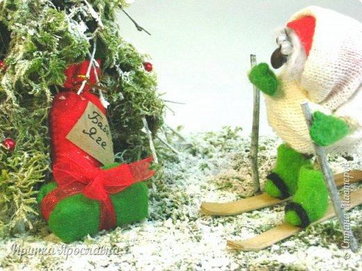 """Здравствуйте, друзья! Вы представляйте, а нашей Бабуле Ягуле Дед Мороз тоже подарил подарочки ( по ходу хорошо себя вела в этом году :-):-)). Пошла она прогуляться по своему сказочному лесу, ааа под ёлочкой подарки лежат и подписано """"Бабе Яге"""":-) Умничка Бабуля Ягуля исправляется, еще и спортсменка, на лыжах:-) фото 5"""
