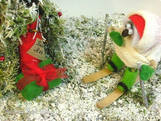 """Здравствуйте, друзья! Вы представляйте, а нашей Бабуле Ягуле Дед Мороз тоже подарил подарочки ( по ходу хорошо себя вела в этом году :-):-)). Пошла она прогуляться по своему сказочному лесу, ааа под ёлочкой подарки лежат и подписано """"Бабе Яге"""":-) Умничка Бабуля Ягуля исправляется, еще и спортсменка, на лыжах:-) фото 3"""