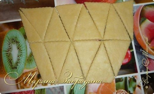 Всем привет! Сегодня готовлю печенье на сметанном тесте. Очень вкусное, легкое, рассыпчатое. Готовится очень просто и сметается так же быстро. По структуре получается похожим на слоеное. фото 6