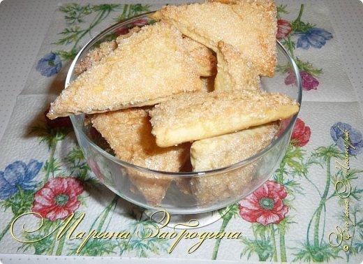 Всем привет! Сегодня готовлю печенье на сметанном тесте. Очень вкусное, легкое, рассыпчатое. Готовится очень просто и сметается так же быстро. По структуре получается похожим на слоеное. фото 12
