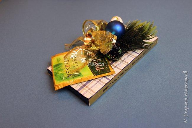 """Здравствуй, Страна! Все ближе и ближе этот волшебный праздник - Новый год! Продолжаю подготовку и сегодня шоколадки, да-да, опять! Очень нравится они мне как подарок! красиво, оригинально, вкусно и к тому же, малобюджетно!  Грядет год обезьяны, и я не оставила ее своим вниманием!  Шапки и мешки из флиса, внутри мешочков конфетка. Мордашка- распечатка, волосики-нитки """"мулине"""". Различные веточки, бусинки и т.д. фото 3"""