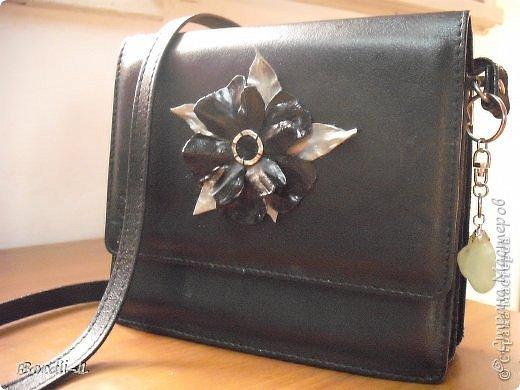 Вот... сотворилась у меня очередная переделка.  Собственно, это даже и не клатч, а просто маленькая черная кожаная сумочка, с которой прилично выйти в свет)))  Когда-то сделала я на нее цветок, и это была одна из моих первых работ (думаю, все понимают, что я говорю только о цветке). Потом как-то забыла о ней, а когда увидела клатчи нашей Нины Валентиновны, вспомнила, и решила посмотреть, как она там поживает. Увидев цветок... дальше понятно... вспыхнула моя страсть к переделкам))) Цветок удалила, ничего особенного делать не хотелось... взяла  цветок-брошь, который уже давно не использовала, удалила крепление, расположила листочки по-новому... приклеила.   фото 3