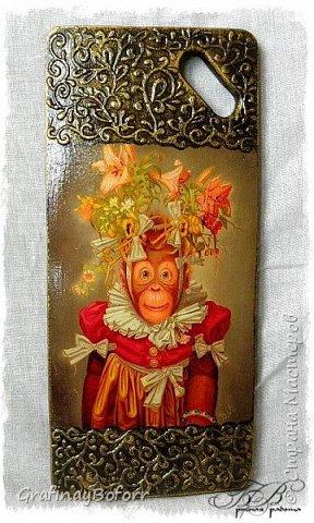 До Нового года осталось совсем немного, а времени катастрофически не хватает...мечтала пошить обезьянок, нашла много интересных выкроек, разработала свою......но не получается, очень мало времени. А знакомые очень просили обезьян, поэтому решила сделать декупаж на разделочных досках. В интернете нашла вот таких симпатичных шимпанзе. Как оказалось не только меня они вдохновили.. Картинок очень много, но выбрала столько, сколько было у меня досок..Художник  этих картин Donald Roller Wilson. фото 7