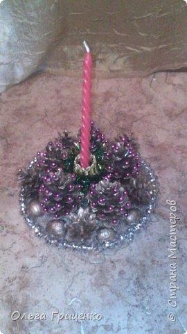 Всем доброго дня и с наступающим новым годом!!!!! За окном у нас + 14, настроение особо не праздничное(( вот и решила сделать маленькие подарочки своим подружкам. Использовала шишки и всякий декор. Больше всего понравились подсвечники в серебряном цвете, поэтому их сделала большее количество.Сам подсвечник делала из горлышка пластиковой бутылки. Всем приятного просмотра. фото 5
