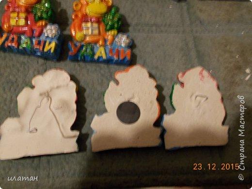 И так для создания магнита нам понадобится : Гипс,пластелин,проволока,магнит,краски, нож канцелярский и собственно сам прототип-магнит покупной фото 11
