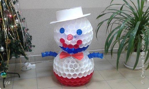 Смастерили снеговика на работе. Коллективное творение. Стоит у нас в офисе в коридоре и всем улыбается. фото 2