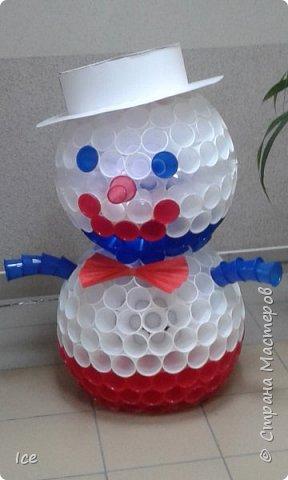 Смастерили снеговика на работе. Коллективное творение. Стоит у нас в офисе в коридоре и всем улыбается. фото 1