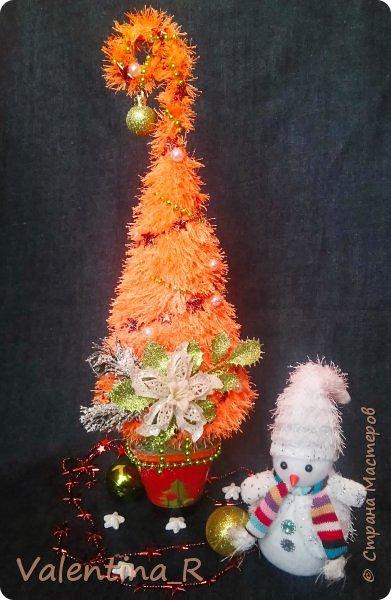 Ёлка выполнена из пряжи и декоративных украшений. Подарок для хороших друзей. фото 4