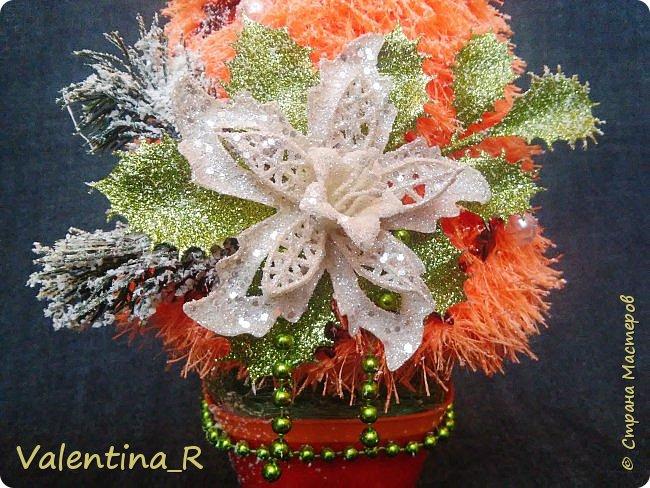 Ёлка выполнена из пряжи и декоративных украшений. Подарок для хороших друзей. фото 5