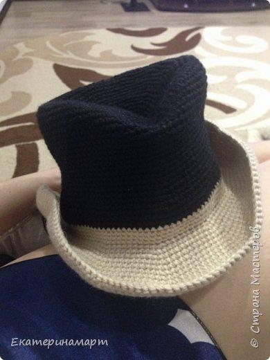 шляпа мне нужна была для костюма сыну на новый год. Это первая шляпа в моей жизни. Вязала по МК из интернета. Но, вязала почти наугад, чтоб подошел нам размер и добавляла от себя =) когда все было готово я для декора обшила все коричневой нитью =) и вышила звезду.  фото 5