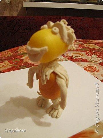 """Для изготовления такого обезьяна нам понадобятся: 2 капсулы от """"Киндер-сюрприза"""" 5 зубочисток соленое тесто клей ПВА акриловая краска черного и золотого цвета фото 10"""