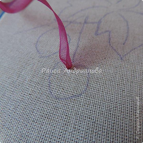 Понадобится:ткань,синтепон,косая бейка,органза(1см) для ягод, атласная лента(0,3см) для листьев и веточек, нитки мулине. фото 4