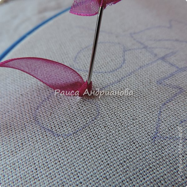 Понадобится:ткань,синтепон,косая бейка,органза(1см) для ягод, атласная лента(0,3см) для листьев и веточек, нитки мулине. фото 6